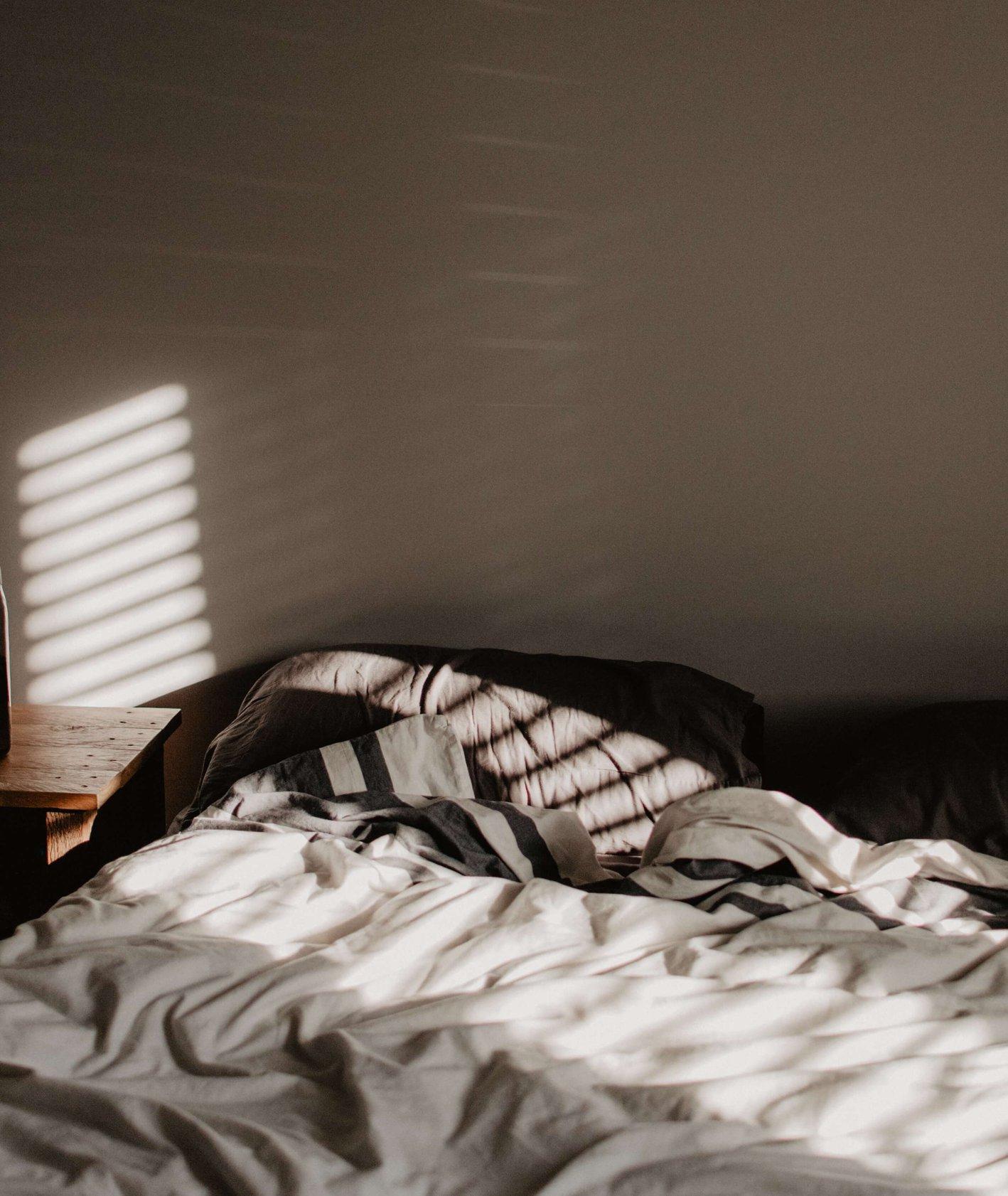 Puste łóżko (fot. Becca Schultz / unsplash.com)
